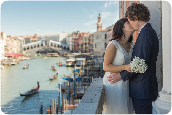 couple kissing in Venice, view on Rialto bridge