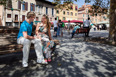 Russian couple sitting in a square during a honeymoon photo service in Venice