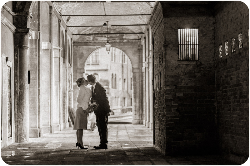 couple kiss during autumn wedding photo service in Venice