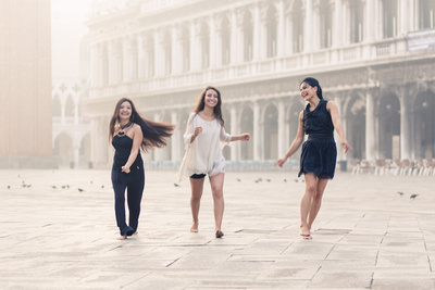girls running in Piazza San Marco in photo service at sunrise in Venice