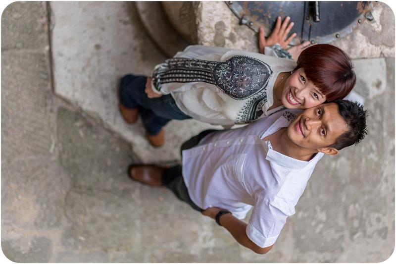 couple hug during anniversary pirtrait in Venice