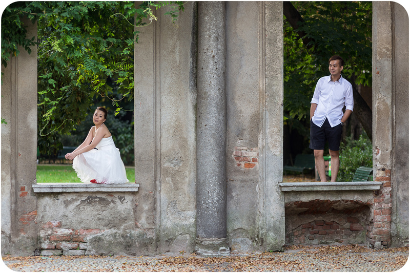 bride and groom in monument during wedding photo service in Milan