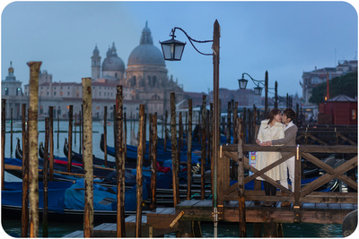 same-sex couple kiss during honeymoon photo service in Venice