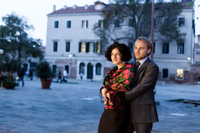 Jewish couple in traditional attire posing during their honeymoon photo service in Venice