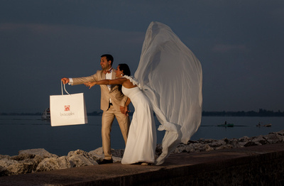 married couple posing during honeymoon photo service at Garda Lake
