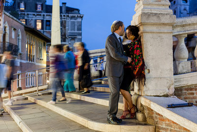 couple hugging on a bridge during a couple photo portrait in Venice