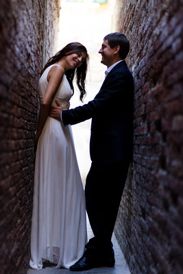 bride and groom hug in an alley during a wedding photo shooting in Venice