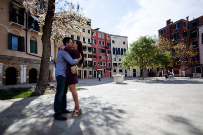 couple hugging during an informal photo shooting in Venice