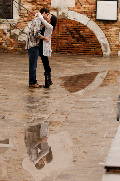 couple kissing during romantic photo walk in Venice
