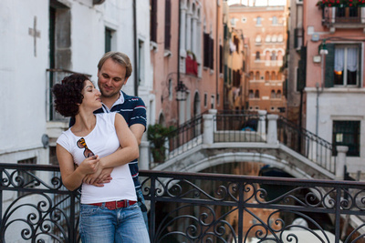 young couple posing on a bridge during a honeymoon photo service
