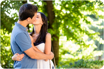 couple kiss in Villa Borghese during honeymoon photo service in Rome