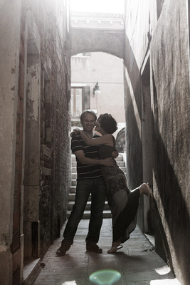 bride and groom hugging in a alley during a honeymoon photo shooting in Venice