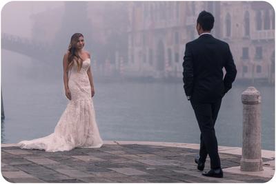 couple posing for romantic portrait in Venice