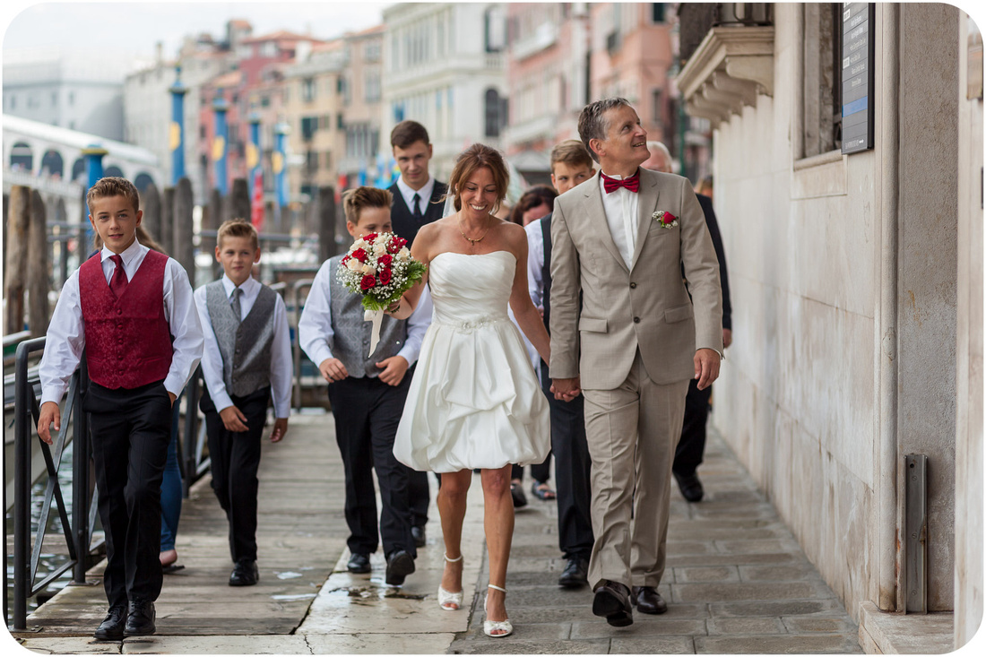 bride and groom walk to Palazzo Cavalli during wedding photo service in venice