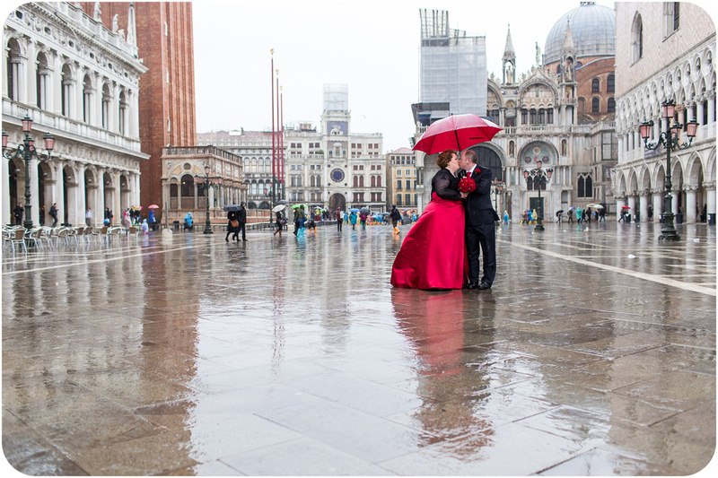 couple kiss under umbrella in San Marco during wedding photo session in venice