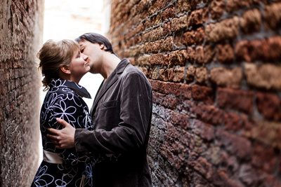 Russian couple kissing in a alley during a photo walk in Venice