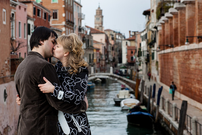 Russian couple kissing on a bridge during a photo shooting in Venice