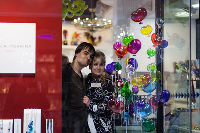 Russian couple visiting a glassware shop during a photo walking tour in Venice