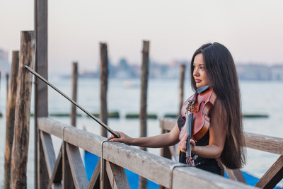 musician playing violin in photo service in Venice
