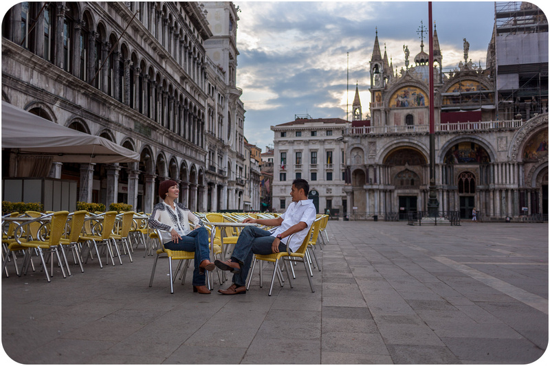 couple sitting in San Marco Square during anniversary photo servcie in venice