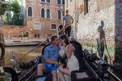 Russian couple kissing during a gondola photo tour in Venice