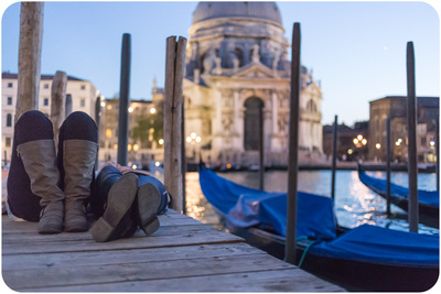 couple resting after honeymoon photo service in Venice